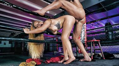 Инструктор по боксу накончал на губы спортсменки, поимев её на ринге