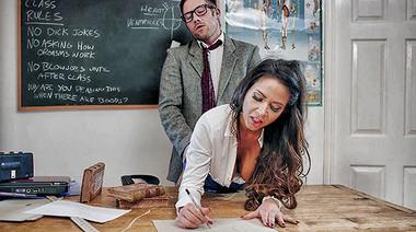 Сисястая студентка изучает анатомию члена, трахаясь с учителем на паре