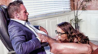 Декан шпилит волосатую киску студентки и получает дрочку члена ножками