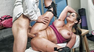 Тренерша черлидеров уламывает физрука на трах, мастурбируя в раздевалке