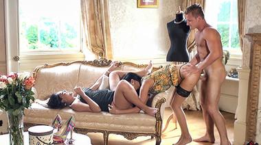 Мамки в чулках и платьях наказали любителя подсматривать групповухой со связанными руками