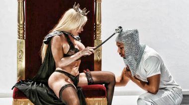 Залитая маслом королева в чулках с большим хуем негра в жопе