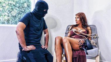 Похититель оттрахал бритую промежность жены богача и залил лицо спермой