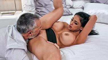 Жена изменяет мужу с его другом, трахаясь на члене до кончи на лицо