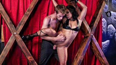 Связанная стриптизерша кончает струей от хардкорного секса в БДСМ клубе