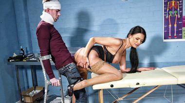 Докторша в чулках раскусила симулянта, трахнувшись с его большим членом на приеме