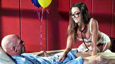 Докторша излечила смертельно больного дрочкой члена ножками и сексом в палате