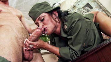 Сисястая революционерка ебется с охранником и получает кончу на лицо