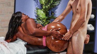 18-летний пацан выебал в анус толстожопую негритянку, прикинувшись массажистом