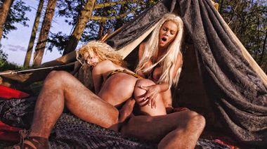 Татуированный качок ебет двух баб в лесу в порно пародии на «Игру престолов»