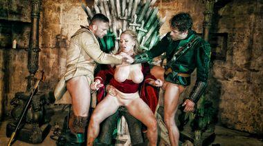 Три воина выебали королеву лесбиянку в троне «Игры престолов»