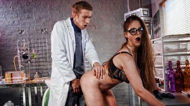 Ассистент оттрахал сисястую докторшу, возбудившись от экспериментального препарата