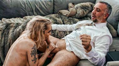 Женатая лесбуха трахается с деканом в волосатую пизду ради поступления сына
