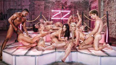 Секс оргия с порно моделями в финале шоу Brazzers House