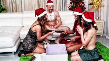 Парень в костюме Санты дрючит трех актрис на Новый год