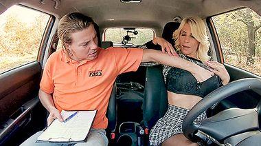 Молодой инструктор по вождению дерет письку матюрки в юбке в машине