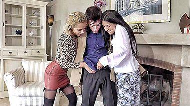 Сестры устроили групповуху с пацаном, трахнувшись с ним в инвалидном кресле