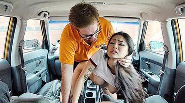 Азиатка получила сперму в письку, трахнувшись с инструктором по вождению