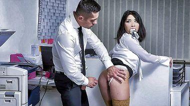 Помощница Rina Ellis ебется с боссом, не снимая белых трусиков в копировальной