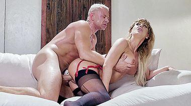 Смачно отлизывает пизду Cherie Deville и трахает её на диване