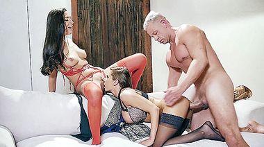 Неверный муж оттрахал двух бывших любовниц, дав им на ротан
