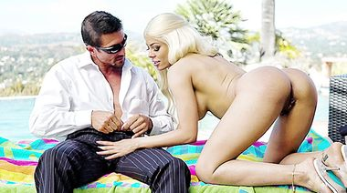 Томми Ганн трахает в задницу силиконовую Луну Стар у бассейна