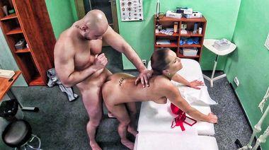 Брутальный пациент дал медсестре хуй на ротан и трахнул в пизду