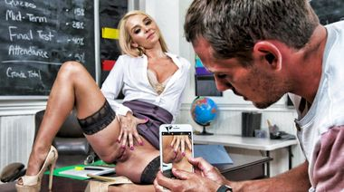 Учительница поймала студента на подглядывании и дала поиметь себя в киску