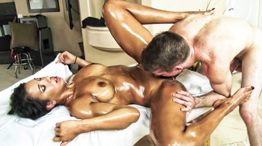 Загорелая спортсменка оттрахана массажистом до слива кончи в рот