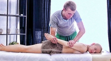 Столичная блондинка нежно выебана крепким хуем массажиста на сеансе