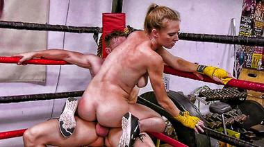 Тренер по боксу жестко пялит глотку и пилотку боевой Эшли Лейн
