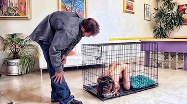 Здоровяк с большим хуем пялит худую Кайли в ошейнике, выпустив её из клетки