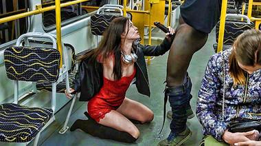 Защеканка в красном платье сосет нигерский хрен при пассажирах в автобусе