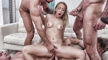 Пять типов увидели на полу телку в чулках и жестко отодрали её в очко