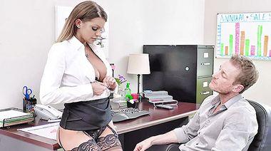 Ассистент отлизал пизду грудастой начальницы в чулках перед сексом в офисе