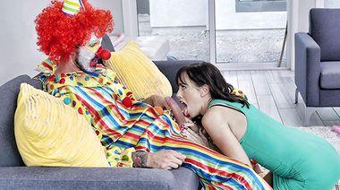 Актер в виде клоуна выебал зрелую именинницу и накончал ей на язык