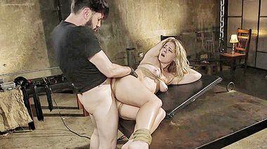 Господин трахнул горло рабыни с прищепками на сиських, пока она висела кверху ногами