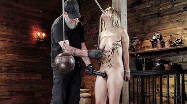 БДСМ мастер привязал Алину вверх ногами и выебал в пизду самотыком