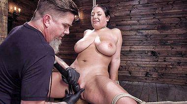 Сисястая мамка выдержала секс пытки на съемках БДСМ шоу для Kink
