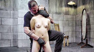 Хозяин бьет плеткой сиськи и киску рабыни, пока она мастурбирует