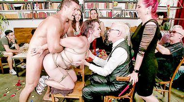 Помощник госпожи безжалостно дрючит манду связанной рабыни в баре на публике