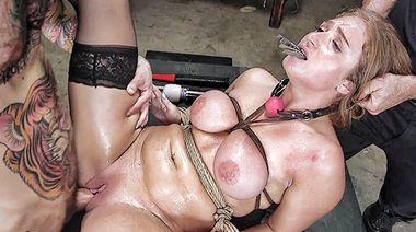 Агрессивно ебет связанную рабыню в бритую пизду под руководством мастера