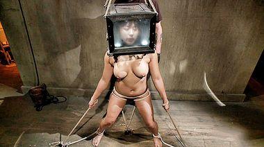 Распятая азиатка с перевязанными сосками орет во время БДСМ пыток