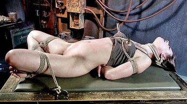 Вставил в задницу связанной рабыни крюк и подрочил её пизду в прищепках