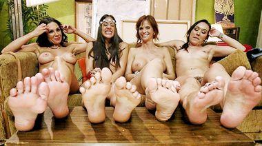 Четыре мамочки облизывают друг другу ноги и ебут ими пезды