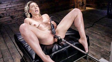 Lily Labeau дрожит и кончает во время жесткой мастурбации секс машиной
