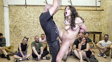 Привязанная к турнику рабыня жестко оттрахана в сраку перед зрителями