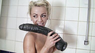 Русская невеста мастурбирует в ванной бритую киску после лесбийских игр на пати