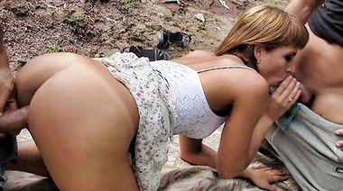 Русский негр с оператором кончают на грудь Эмили, выебанной на мусорке