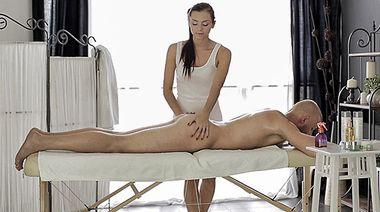 Украинка Анита трахнулась с клиентом на сеансе массажа, отсосав его член